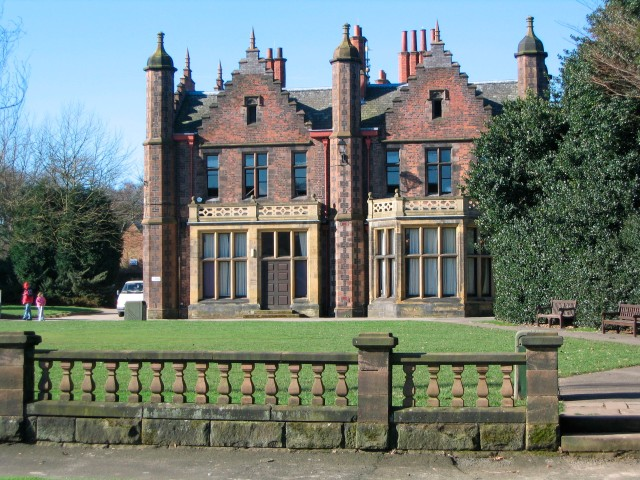Walton_Hall,_Cheshire By Peter I. Vardy - Own work, Public Domain,